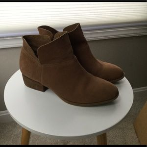 Crown Vintage tan Booties size 9